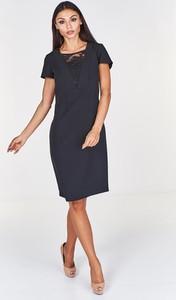 Czarna sukienka Fokus z krótkim rękawem