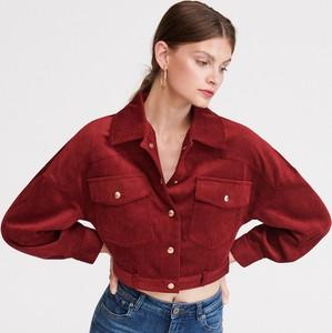 Czerwone jeansy Reserved w street stylu