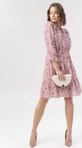 Różowa sukienka born2be mini z żabotem