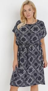 Granatowa sukienka born2be z krótkim rękawem trapezowa mini