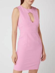 Różowa sukienka Guess z okrągłym dekoltem