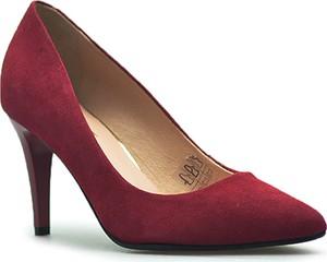 Czerwone szpilki Eksbut ze spiczastym noskiem na szpilce w stylu klasycznym