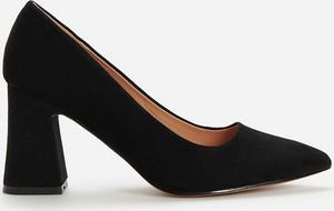 Czarne czółenka Reserved w stylu klasycznym