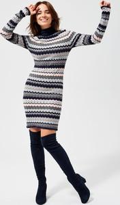 Sukienka Moodo z długim rękawem dopasowana mini
