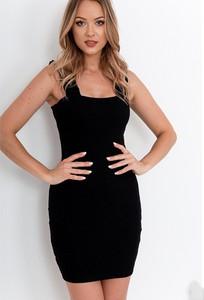 Czarna sukienka ZOiO.pl w stylu casual dopasowana z okrągłym dekoltem