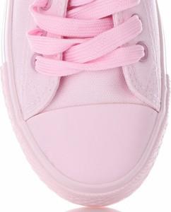 Różowe trampki Ideal Shoes z płaską podeszwą sznurowane z tkaniny