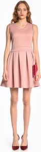 Różowa sukienka Gate rozkloszowana z dekoltem w kształcie litery v bez rękawów