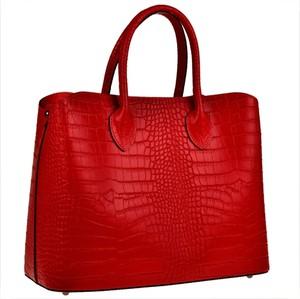 Czerwona torebka vezze w stylu glamour z tłoczeniem