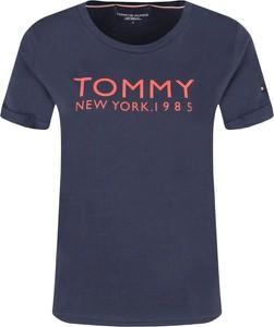 Niebieski t-shirt Tommy Hilfiger w młodzieżowym stylu z krótkim rękawem