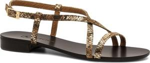 Sandały Neścior z klamrami w stylu casual z płaską podeszwą