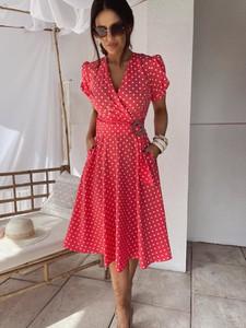 Czerwona sukienka Versada midi z krótkim rękawem z dekoltem w kształcie litery v