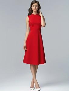 Czerwona sukienka Nife z okrągłym dekoltem midi bez rękawów