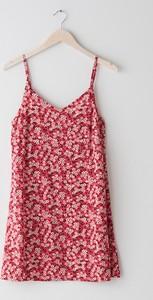Różowa sukienka Sinsay z dekoltem w kształcie litery v na ramiączkach