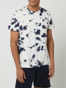 T-shirt Guess z krótkim rękawem z nadrukiem w młodzieżowym stylu