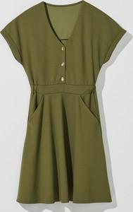 Zielona sukienka Mohito z krótkim rękawem mini rozkloszowana