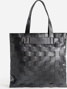 Czarna torebka Reserved w wakacyjnym stylu duża na ramię