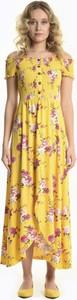 Sukienka Gate maxi z odkrytymi ramionami z krótkim rękawem