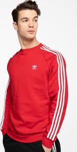 Czerwona bluza Adidas w sportowym stylu
