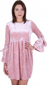 Różowa sukienka Inna z długim rękawem z weluru