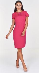 Różowa sukienka Fokus z krótkim rękawem z dekoltem w kształcie litery v ołówkowa
