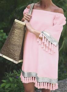 Różowa sukienka Sandbella w stylu boho hiszpanka