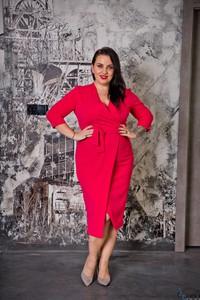 Różowa sukienka tono.sklep.pl midi dla puszystych w stylu casual