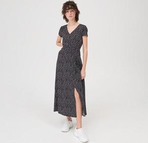 Czarna sukienka Sinsay z dekoltem w kształcie litery v z krótkim rękawem