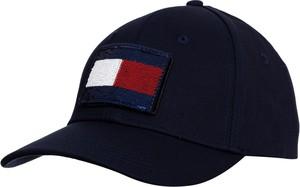 Niebieska czapka Tommy Hilfiger w młodzieżowym stylu z nadrukiem
