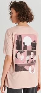 Różowy t-shirt Cropp w młodzieżowym stylu z krótkim rękawem z nadrukiem