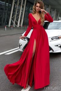 Czerwona sukienka Ivet.pl z dekoltem w kształcie litery v rozkloszowana maxi