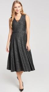 Czarna sukienka QUIOSQUE midi rozkloszowana z dekoltem w kształcie litery v