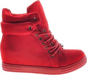 Czerwone buty sportowe producent niezdefiniowany sznurowane ze skóry ekologicznej na koturnie