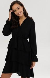Czarna sukienka born2be mini z dekoltem w kształcie litery v z długim rękawem