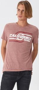 Różowy t-shirt House z nadrukiem z krótkim rękawem