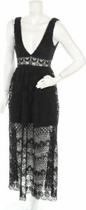 Czarna sukienka Love Triangle na ramiączkach z dekoltem w kształcie litery v