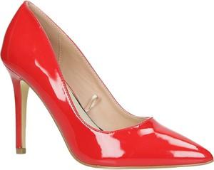 Czerwone szpilki Casu w stylu glamour ze spiczastym noskiem