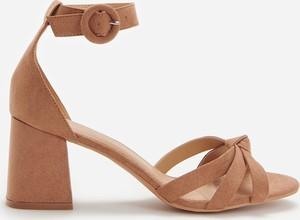 Brązowe sandały Reserved z klamrami