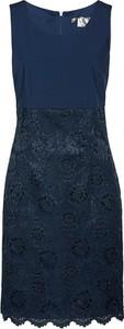 Czarna sukienka bonprix bpc selection premium w koronkowe wzory ołówkowa