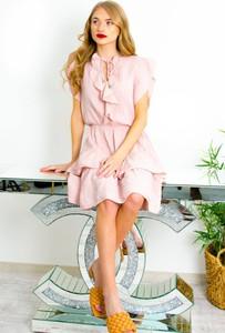 Różowa sukienka Olika z krótkim rękawem z okrągłym dekoltem