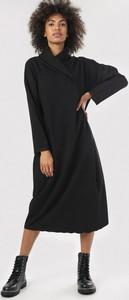 Czarna sukienka born2be prosta z długim rękawem w stylu casual