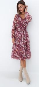 Różowa sukienka Mohito midi z dekoltem w kształcie litery v z długim rękawem