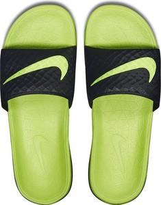 Zielone klapki Nike z płaską podeszwą w sportowym stylu