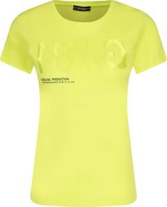 Żółty t-shirt Guess z okrągłym dekoltem z krótkim rękawem