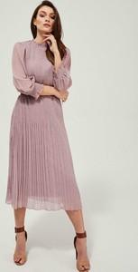 Różowa sukienka Moodo.pl z długim rękawem midi