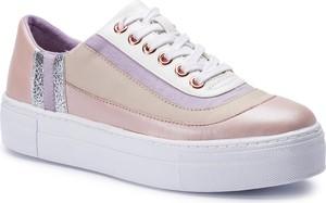 Sneakersy Tamaris sznurowane w młodzieżowym stylu ze skóry ekologicznej