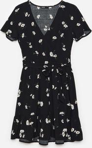 Sukienka Cropp mini z dekoltem w kształcie litery v z krótkim rękawem