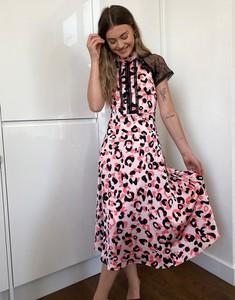 Różowa sukienka Liquorish midi trapezowa
