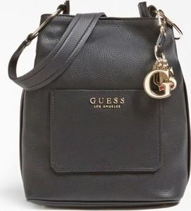Brązowa torebka Guess średnia w wakacyjnym stylu