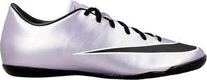 Srebrne buty sportowe Nike w sportowym stylu