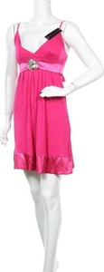Różowa sukienka Divine z dekoltem w kształcie litery v na ramiączkach mini